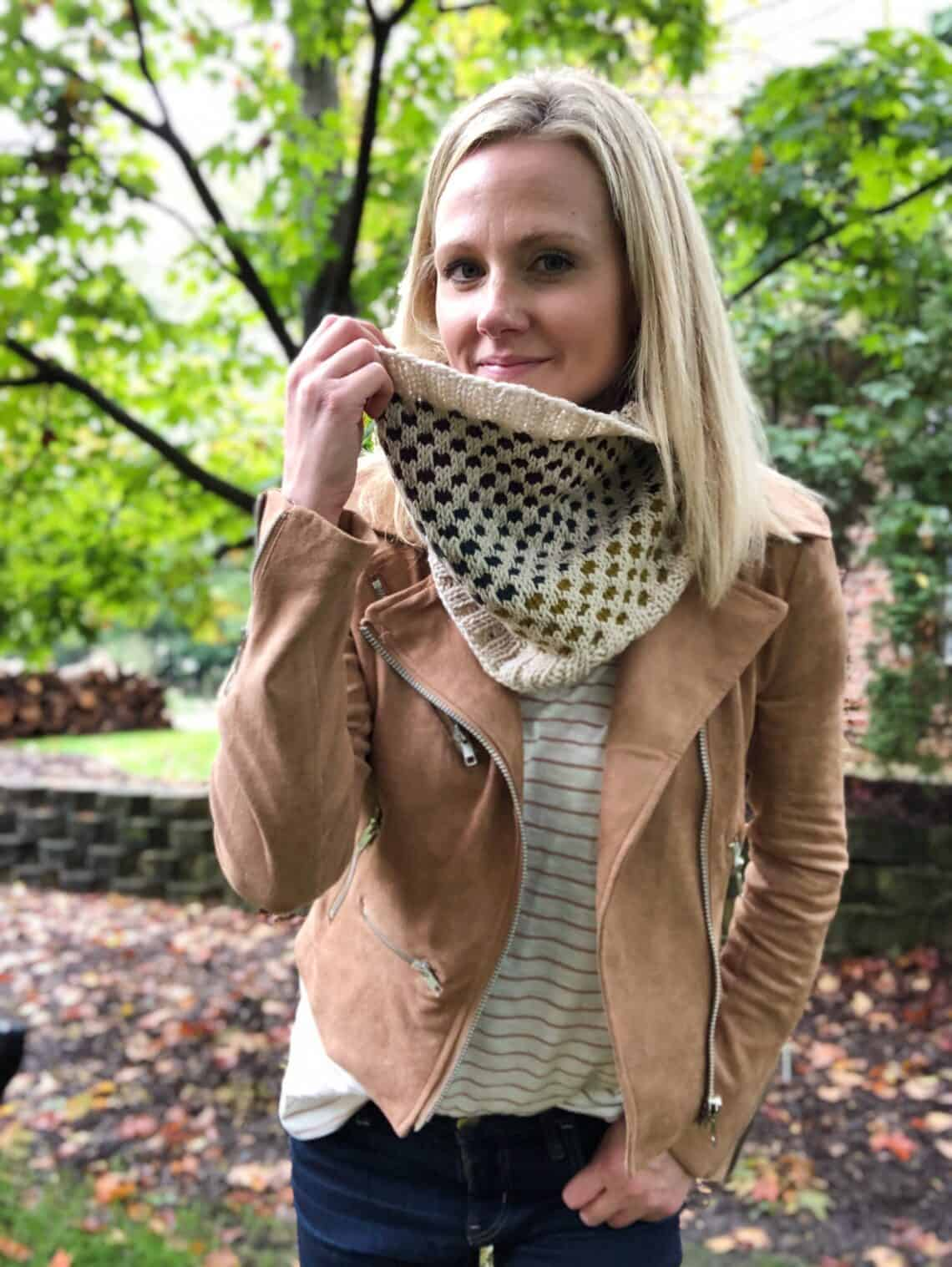 Beginner Colorwork knitting pattern using mosaic knitting and colorblocking. On trend for fall 2019.
